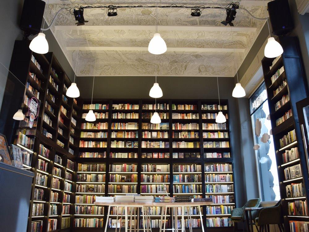 Police s knjigama i oslikan strop u knjižari Fraktura