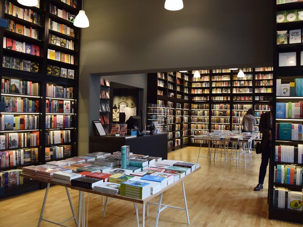 Knjige na policama knjižare Fraktura
