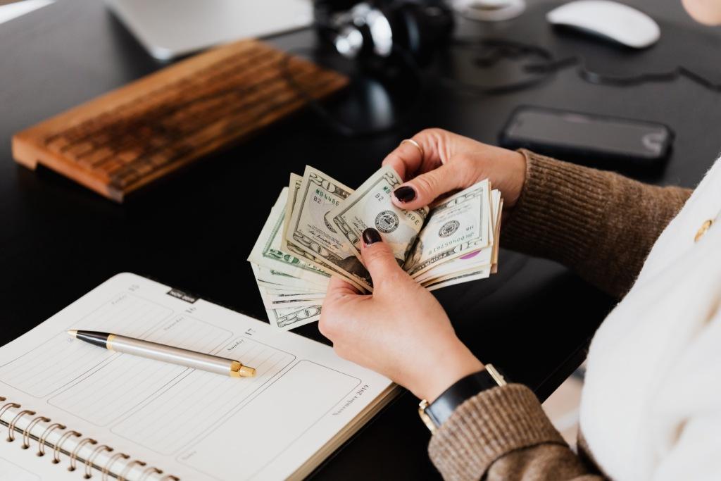 Plaćanje računa, novac