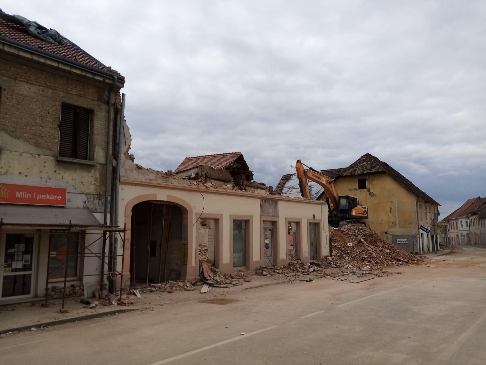Uklanjanje objekta u Petrinji